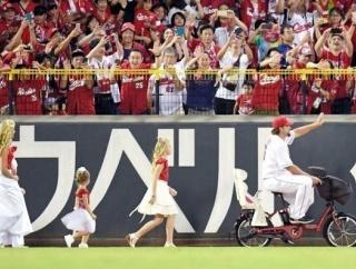 広島エルドレッド、自転車に乗ってマツダスタジアムに登場!嫁&4姉妹も特注衣装で引退セレモニーに参加!!