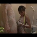セクシー美女「AIKA」が玄関先でミニスカでフェラして口内発射!スレンダーな美乳の黒ギャルと一緒にお風呂で泡だらけになってバックから・・・