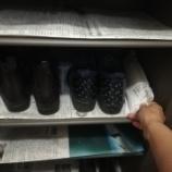 『《ジメジメ下駄箱をカラッとさせる!防臭、防汚効果もある新聞紙ワザ》』の画像
