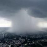 【動画】台湾、ゲリラ豪雨が襲来!都市の真ん中に大スケールの「雨柱」が出現! [海外]