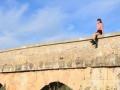 ミニスカートの元アイドルが橋の上に座ってると覗きたくなるよね~(画像あり)