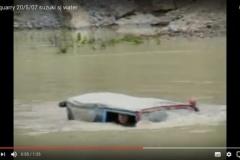 水中も走れるぞ! 世界中で愛される「スズキ・ジムニー」の改造車がマジ最強!!
