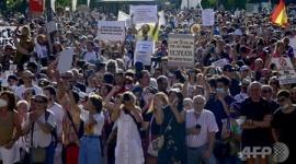 【新型コロナ】「ウイルスは存在しない」 スペイン首都で数百人が抗議デモwwwww