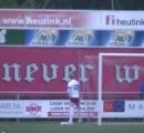 サッカーの試合中にGKがゴール裏で立ちション 放尿を終えて戻ったGKに観客から歓声