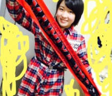 『℃-ute矢島舞美のバースデーTシャツにキスする藤井梨央』の画像