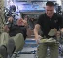 宇宙飛行士たちが食べる七面鳥とスパゲッティ―の夕食