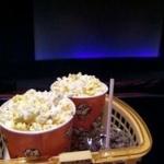 映画館「いらっしゃいます」俺「大人一枚で…あとポップコーンとコーラと唐揚げください」映画「合計3000円ちょいです」