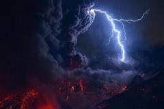 【画像】ここは日本か…溶岩、黒煙、稲妻 鹿児島市・桜島 闇に走る稲妻 海渡る爆発音