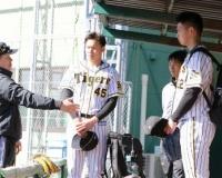 【阪神】和田TA、5年ぶり現場復帰で初日から積極指導