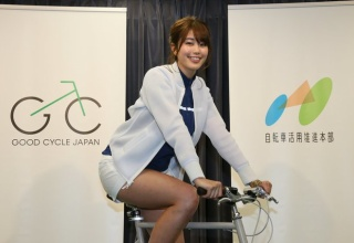 自転車アンバサダー・稲村亜美「安全運転を心がけましょう(太ももムチッ)」