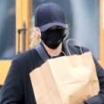 クロエ・モレッツ、黒マスク&手袋で新型コロナ感染対策!ロックダウン中のロスで買い出しにお出かけ★