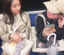 『和田彩花と竹内朱莉、電車で佐々木莉佳子を立たせて自分らは椅子でふんぞり返る』の画像