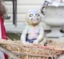 【画像】「ゾンビのキリスト」、庭のクリスマス飾りが物議・・・米