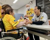 【朗報】阪神青柳さん、老人ホームを訪問