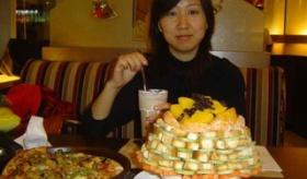 【世界の中国】   中国人客の ピザハットでの サラダバーの盛り付けが やりすぎな件。  なおサラダバーは廃止になった模様。   海外の反応