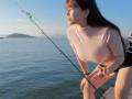 【悲報】釣り女子、知識ゼロでもお胸が大きすぎて1万フォロワー