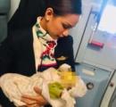 飛行機内で泣き止まない赤ちゃん 泣き止ますためにCAが自分の乳を与える!