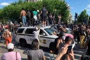 【黒人差別反対抗議】ロサンゼルスでパトカーが焼かれ、フィラデルフィアで暴動、ホワイトハウス前占拠…全米30都市に広がる