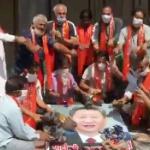 【動画】インドの反中国デモが優しい!習近平の写真を破かず燃やさずスリッパで叩く