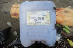 日本に漂着したポリタンクは9723個、内半数以上の約5000個はハングル表記の韓国製