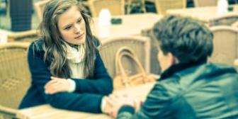彼女から「久しぶりに連絡が来た男友達にご飯に誘われたから行っても大丈夫?」と聞かれた。嫌だけど束縛されてると思われたくない…