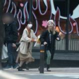 『文春砲で西野七瀬と川村真洋のデート写真がw 遭遇したファン、なぜか西野にカメラを渡して川村との2ショットを撮っていた模様wwwwww』の画像