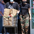 『【ブランドマスクで登場…!?】マイリー・サイラスが恋人のコーディー・シンプソンとお出かけ!Miley Cyrus steps out with Cody Simpson』の画像