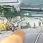 【動画】中国、工事現場の大型杭打ち機が転倒!通りがかった車の上に直撃、押し潰す!