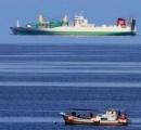 中学生、海岸沖で空中に浮かぶ船を撮影