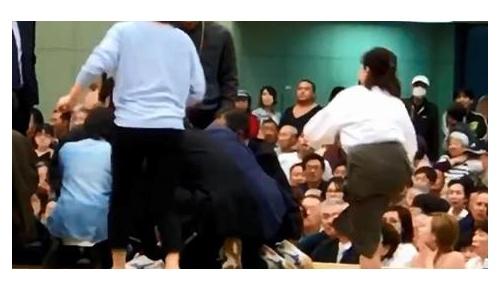 救助中の女性に「土俵から降りて」を相撲協会が謝罪、海外から猛批判