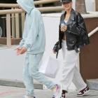 『【お腹チラ見せでご機嫌…!?】ジャスティン・ビーバーとヘイリー・ビーバーがランチデート!Hailey Bieber joins husband Justin for lunch』の画像