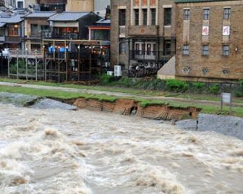 大雨で京都市鴨川の水位が上がり氾濫、護岸が崩れる(画像あり)