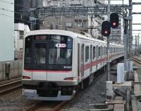 『東京地下鉄有楽町線を行き交う東急5050系電車と西武40000系電車』の画像