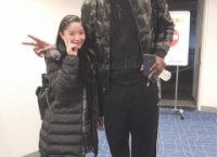 チーム8 藤園麗ちゃんがバスケの選手と一緒に写真を撮った結果www