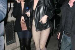 パリを半裸で歩くレディー・ガガさんの顔立ちは美人なのかブサイクなのか
