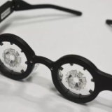 レーシック手術をしなくても1日1時間かけるだけで視力が1.0に回復する凄いメガネが登場 しかもオシャレ