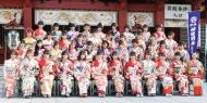 【画像】センターはNGT48本間日陽&AKB48大盛真歩 AKB48グループ42人が艶やか晴れ着姿披露www