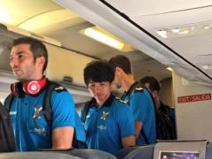 【 画像 】飛行機で移動中のテネリフェ柴崎!ちょっと表情が・・・