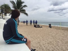 【画像】アメリカ・フロリダキャンプ最後のトレーニングを見学するシャルケ内田!ちょっと眠そうwww