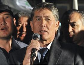 【画像】キルギス総選挙で演説する同国大統領の横に石破茂がいると話題に
