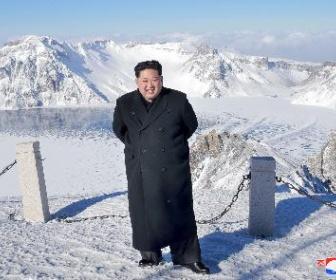 【画像】偉大なる金正恩共和国元帥さま、白頭山の頂(標高2750メートル)に立たれる