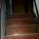 『霊の見える奥さん「階段に足の無い人が座ってるよ」』の画像