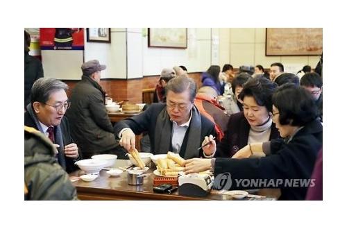 【悲報】ムンJ民さん、国賓のはずなのに飯すらごちそうされないのサムネイル画像