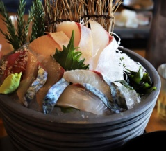 活魚レストラン「漁ま(りょうま)」にて、新鮮な活け鯖の刺身を