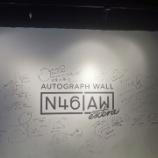 『【乃木坂46】松村のサインデカすぎw 上海『だいたいぜんぶ展』壁にメンバーのサインが!!!』の画像