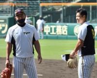 【阪神】井上ヘッドが悩める怪物新人・佐藤輝に指導 2軍の試合前練習で