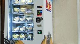 コイン入れるとバナナが登場…渋谷駅に「バナナの自販機」・ドール