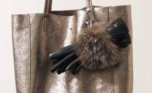 高級感のある革の手袋とホルダー