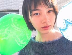 能年玲奈さん、風船に素敵な模様をつける