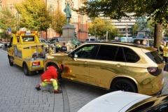 金色のBMW「X5」 ドイツ警察が撤去「まぶし過ぎる恐れ」